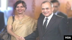 Sekjen Kementerian Luar Negeri India Nirupama Rao (kiri) berjabat tangan dengan Sekjen Kementerian Luar Negeri Pakistan Salman Bashir di Pakistan.