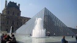 Sân chính của viện bảo tàng Louvre ở Paris, Pháp
