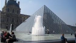 Khu vực sân chính của bảo tàng Louvre.