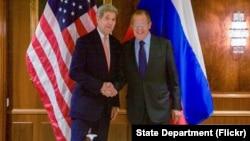 ລມຕ ຕ່າງປະເທດສະຫະລັດ ທ່ານ John Kerry ຈັບມື ກັບທ່ານ Sergey Lavrov ລມຕ ຕ່າງປະເທດຣັດເຊຍ ທີ່ໂຮງແຮມ Imperial Hotel ໃນນະຄອນວຽນນາ ປະເທດອອຕເຕຣຍ ກ່ອນປະຊຸມກັນ ກ່ຽວກັບເລື້ອງຊີເຣຍ (23 ຕຸລາ 2015)