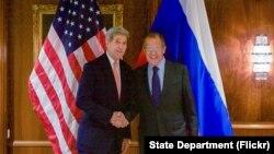 លោករដ្ឋមន្រ្តីការបរទេសសហរដ្ឋអាមេរិក John Kerry ចាប់ដៃជាមួយលោករដ្ឋមន្រ្តីការបរទេសរុស្ស៊ី Sergei Lavrov កាលពីថ្ងៃទី២៣ ខែតុលា ឆ្នាំ២០១៥ នៅសណ្ឋាគារ Imperial ក្នុងក្រុងវីយែន (Vienna) ប្រទេសអូទ្រីស មុនកិច្ចប្រជុំទ្វេភាគីដែលផ្តោតសំខាន់លើប្រទេសស៊ីរី។