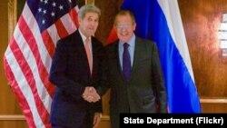 El secretario de Estado, John Kerry, junto a su homólogo ruso, Sergei Lavrov, en el hotel Imperial de Viena, Austria, antes de su reunión sobre Siria.