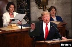 도널드 트럼프 미국 대통령이 지난 5일 의회에서 국정연설을 하는 가운데 낸시 펠로시 연방 하원의장이 연설이 적힌 종이를 들여다 보고 있다.