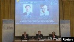 스웨덴 왕립과학원 노벨위원회가 6일 올해 노벨 물리학상 수상자를 발표하고 있다. 일본 도쿄대 가지타 다카아키 교수와 캐나다 퀸스대학 아서 맥도널드 명예교수가 노벨 물리학상 공동 수상자로 선정됐다.