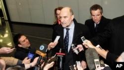 2013年2月14日星期四,国际原子能机构首席核查员纳克茨从伊朗回到维也纳机场后和媒体谈话。