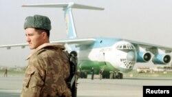 Termiz aeroportida Afg'oniston uchun atalgan gumanitar yordam samolyoti, 8-noyabr, 2001-yil.