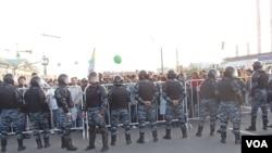 在5月6日的莫斯科反政府抗议中,示威群众同警察爆发冲突(美国之音白桦)