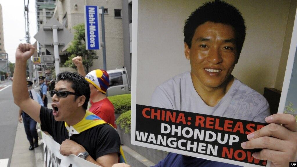 """圖為""""爭取西藏自由日本學生""""組織成員2009年8月1日在東京中國駐日使館前舉行示威,呼喊要求釋放頓珠旺青的口號。"""
