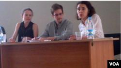 斯诺登星期五与人权活动人士和俄罗斯律师在莫斯科谢列梅捷沃机场见面