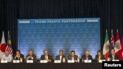 12 bộ trưởng thương mại của những nước tham gia TPP mở cuộc họp báo nói về tiến độ của những cuộc đàm phán ở Lahaina, đảo Maui, bang Hawaii, Mỹ, 31/7/2015.