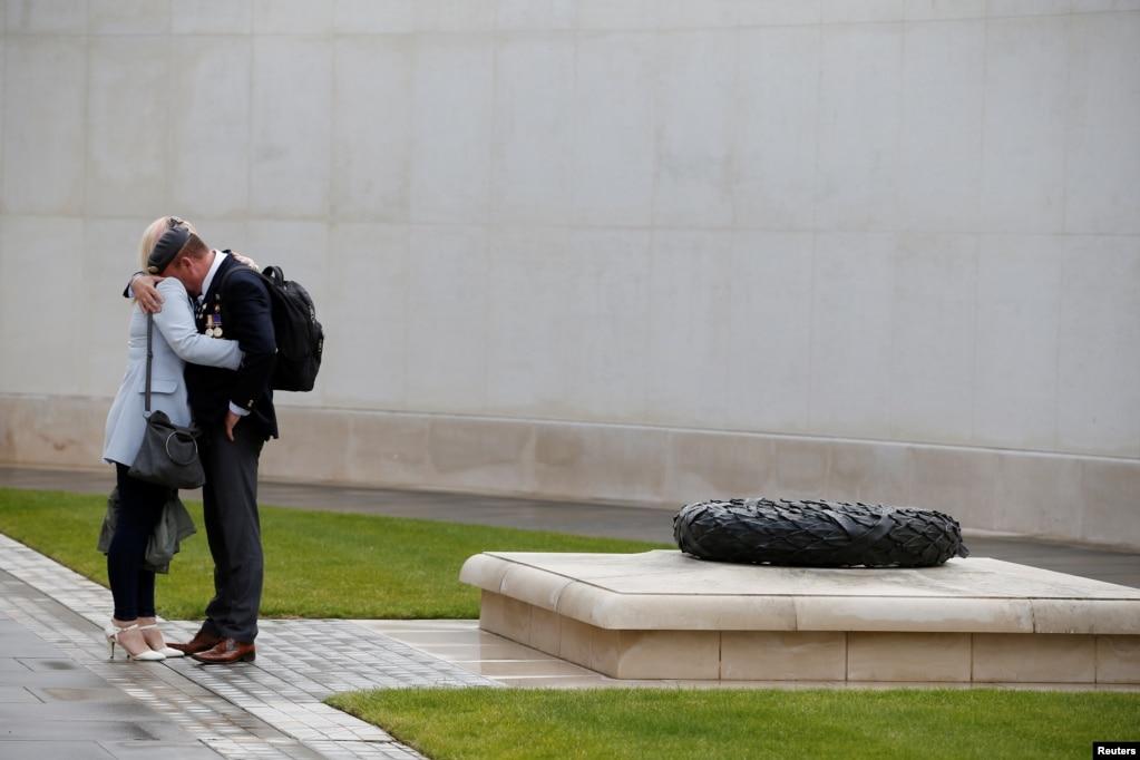 Люди посещают Национальный мемориальный Дендрарий, посвященный 75-летию со дня рождения, в Стаффордшире, Великобритания.