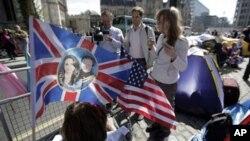 Δεκάδες χιλιάδες άνθρωποι κατασκήνωσαν στους δρόμους του Λονδίνου για να δουν την βασιλική γαμήλια πομπή