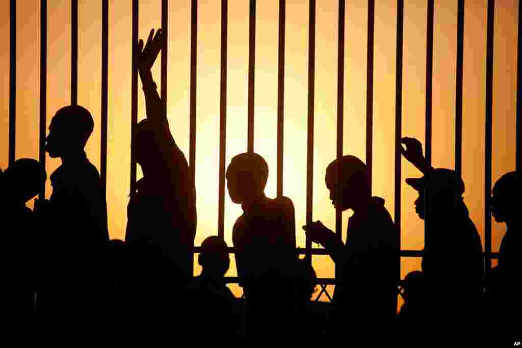 Southern Sudanese line up to vote for independence at dawn in the southern capital of Juba, Jan. 9, 2011. (AP)