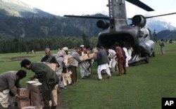 سیلاب زدگان کے لیے امدادی اشیا امریکی ہیلی کاپٹر سے اتاری جارہی ہیں