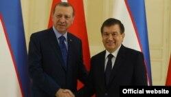 Turkiya Prezidenti Rajab Toyib Erdog'an (chapda) O'zbekiston rahbari Shavkat Mirziyoyev bilan, Toshkent, 2016-yil.