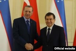 Turkiya rahbari Rajab Toyib Erdog'an (chapda) O'zbekiston muvaqqat prezidenti Shavkat Mirziyoyev bilan