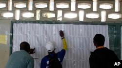 Избиратели на Гаити ищут свои фамилии в списках для участия в президентских выборах в стране. Порт-о-Пренс, Гаити. 20 ноября 2016 г.