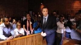 Olimpijac Oskar Pistorijus tokom jučerašnjeg pretresa u sudu u Pretoriji