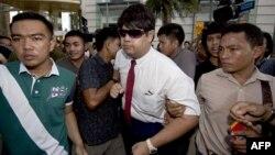 在曼谷一處購物中心舉行的示威期間,泰國警察逮捕一名反政變抗議者。(2014年6月22日)