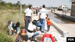 Abantu bageziswa inyawo emgceleni welizwe leBotswana leZimbabwe ukwenqabela umkhuhlane wamasondo kwele Botswana.