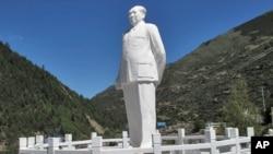 小金县两河口的毛泽东白色石雕像。文昌市的一座类似石像已经轰然倒地,一分为几