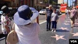 中国游客在好莱坞星光大道留影(美国之音国符拍摄)