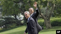President Barack Obama walks with White House Chief of Staff Rahm Emanuel as they prepare to board his helicopter on the South Lawn of the White House in Washington, 4 Aug 2010 (file photo)