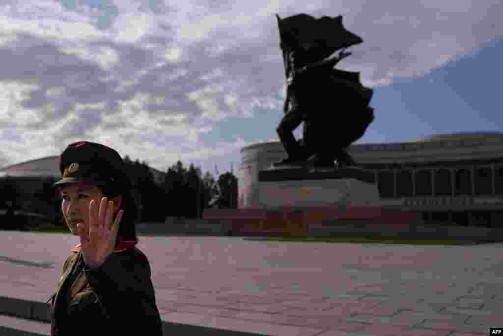 Một hướng dẫn viên du lịch bên ngoài Viện Bảo tàng Chiến tranh ở Bình Nhưỡng, Bắc Triều Tiên. Bắc Triều Tiên đang chuẩn bị cho lễ kỷ niệm hoành tráng đánh dấu 70 năm ngày thành lập Đảng Lao động cầm quyền vào ngày 10 tháng 10.