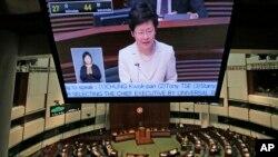 Tổng thư ký quản trị Đặc khu Hong Kong Carrie Lam loan báo kế hoạch cải tổ bầu cử được Bắc Kinh hậu thuẫn tại phòng lập pháp ở Hong Kong, ngày 22/4/2015.