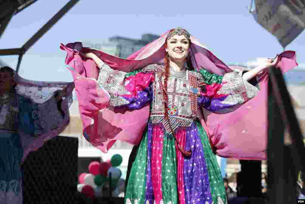 یکی از هنرمندان حاضر در مراسم با لباس محلی
