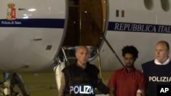 Photographie tirée d'une vidéo d'un passeur erythréen arrêté par la police italienne le 7 juin 2016.
