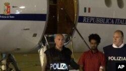 Polisi Italia menangkap Medhane Yehdego Mered (tengah) setibanya di bandara Ciampino, Italia, 7 Juni 2016 (Foto: dok). Polisi Italia menahan 21 orang yang dicurigai mengangkut migran Suriah yang baru ke Jerman, Austria dan Perancis dengan armada mobil tua.