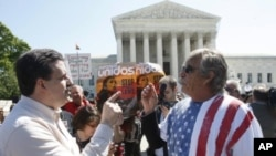支持和反對亞利桑那移民法案的人4月25號在華盛頓最高法院前爭論