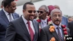 Le ministre érythréen des Affaires étrangères, Osman Saleh Mohammed, avec le Premier ministre éthiopien, Abiy Ahmed, et le ministre éthiopien des affaires étrangères, Workeneh Gebeyehu à Addis-Abeba, le 26 juin 2018.