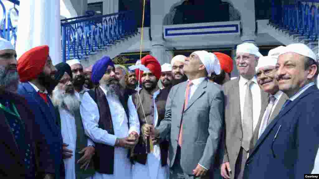 لنگر خانے کا افتتاح متروکہ وقف املاک بورڈ کے چیئرمین ڈاکٹر عامر احمد اور پاکستان سکھ گوردوارہ پربھندک کمیٹی کے صدر ستونت سنگھ نے کیا۔