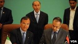 Menlu Itali Franco Frattini (kiri) menandatangani kesepakatan pembukaan konsulat dengan Ali al-Essawi (kanan), perwakilan dari kelompok oposisi Libya (31/5).