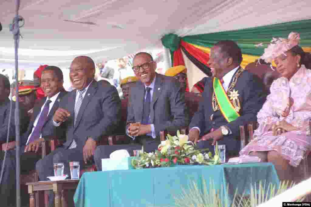 Perezida Edgar Lungu wa Zambia, Cyril Ramaphosa wa Afurika y'Epfo , na Paul Kagame w'u Rwanda mu birori vyo kurahiza Emmerson Mnangagwa, i Harare