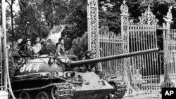 Xe tăng của Bắc Việt ủi sập cổng Dinh Độc Lập tại Sài Gòn ngày 30/4/1975.