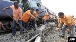 Công nhân sửa chữa đường rầy xe lửa ở làng Bangapara gần thành phố phía đông bắc Guwahati của Ấn Độ, ngày 3/2/2012