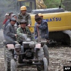 其它车辆绕过挖土机从我们身边驶过