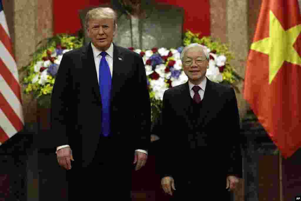 رئیس جمهوری ایالات متحده ظهر چهارشنبه در هانوی با حضور در کاخ ریاست جمهوری با «نگوین فوترونگ» رئیس جمهوری ویتنام دیدار کرد. آقای فوترونگ که همزمان با ریاست جمهوری، دبیرکل حزب کمونیست این کشور هم هست، جانشین چای دای کوانگ شد که آبان ماه درگذشت.