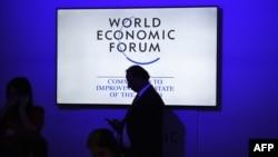 Para peserta dan pengunjung tiba di Pertemuan Puncak Ekonomi di India, dengan Forum Ekonomi Dunia sebagai tuan rumahnya, di New Delhi tanggal 6 Oktober 2017 (foto: AFP Photo/Dominique Faget)