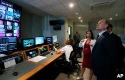 Presiden Rusia Vladimir Putin mengunjungi kantor pusat stasiun televisi Russia Today di Moskow, 11 Juni 2013. Media-media besar Rusia termasuk RT, kantor berita RIA Novosti, Sputnik.