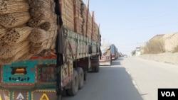 ڈرائیوروں کے مطابق افغانستان میں کسٹم کا طریقہ کار، پاکستان سے بھی زیادہ پیچیدہ ہے اور ایک ایک ٹرک کو کئی گھنٹوں کے بعد کلیئر کیا جاتا ہے۔