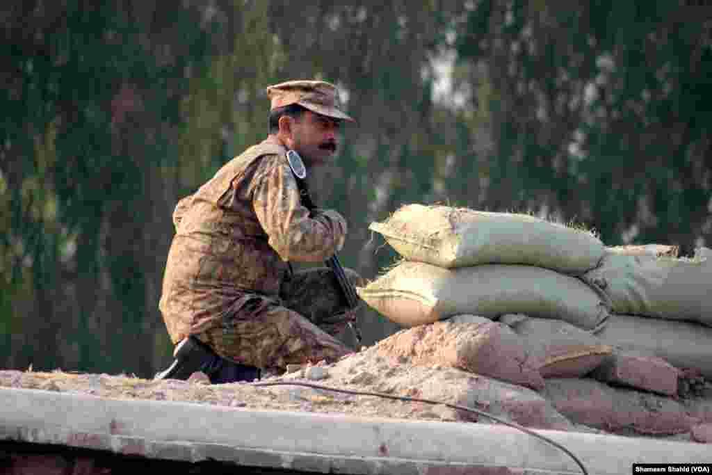 Delapan hingga 10 polisi dari pemerintah daerah memasuki lokasi selama berlangsungnya serangan di Peshawar, Pakistan (VOA).