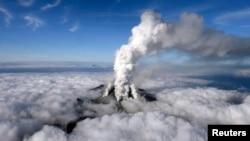 ຄວັນໄຟກຳລັງພຸ່ງຂຶ້ນສູ່ທ້ອງຟ້າ ຈາກພູໄຟ Mount Ontake ຫຼັງຈາກທີ່ໄດ້ລະເບີດຂຶ້ນ ພູໄຟດັ່ງກ່າວຕັ້ງຢູ່ລະຫວ່າງ ແຂວງ Nagano ກັບແຂວງ Gifu ຢູ່ພາກກາງ ຂອງຍີ່ປຸ່ນ, ວັນທີ 27 ກັນຍາ 2014.