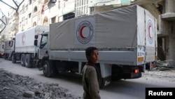 Un convoi humanitaire du Croissant-Rouge syrien dans la ville assiégée de Douma, Ghouta orientale, Damas, le 5 mars 2018.