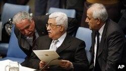 ປະທານາທິບໍດີປາແລສໄຕນ໌ ທ່ານ Mahmoud Abbas (ກາງ) ໂອ້ລົມກັບທ່ານ Riad Malki ລັດຖະມົນຕີ ຕ່າງປະເທດ (ຊ້າຍ) ແລະທ່ານ Mansour (ຂວາ), ທູດພິເສດປະຈໍາສະຫະປະຊາຊາດ. ວັນທີ 12 ພະຈິກ 2011.