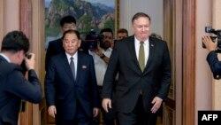지난 6월 평양을 방문한 마이크 폼페오 미 국무장관(오른쪽)과 김영철 노동당 부위원장 겸 통일전선부장이 회담을 하기위해 백화원 영빈관으로 들어서고 있다.