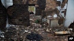 16일 우크라이나 동부 일로바이스크 마을의 한 주민이 교전으로 파괴된 자택을 보고 있다